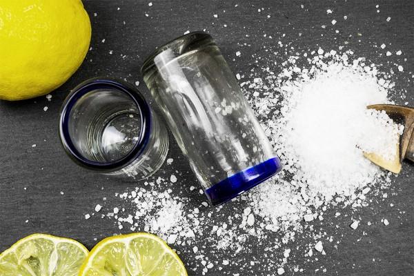 Tequila-Gläser mit blauem Rand