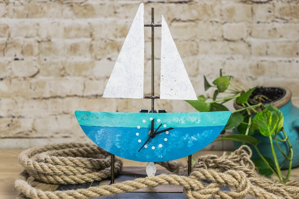 Standuhr Fischerboot, blau/türkis mit Segel