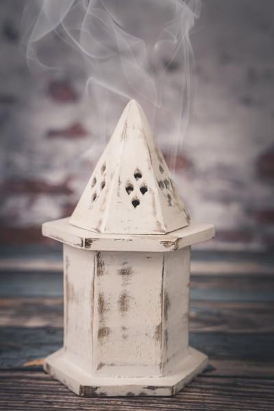 Räucherkegel Häuschen, Holz weiß gewaschen
