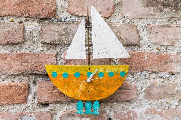 Wanduhr Fischerboot, orange mit Fischen