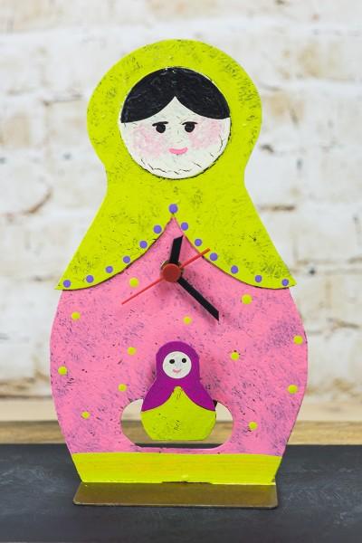 Standuhr Babuschka, rosa mit Baby als Pendel