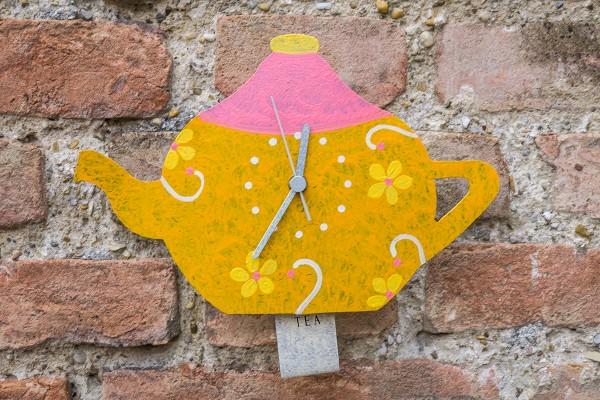 Wanduhr Teekanne, gelb mit Blümchen